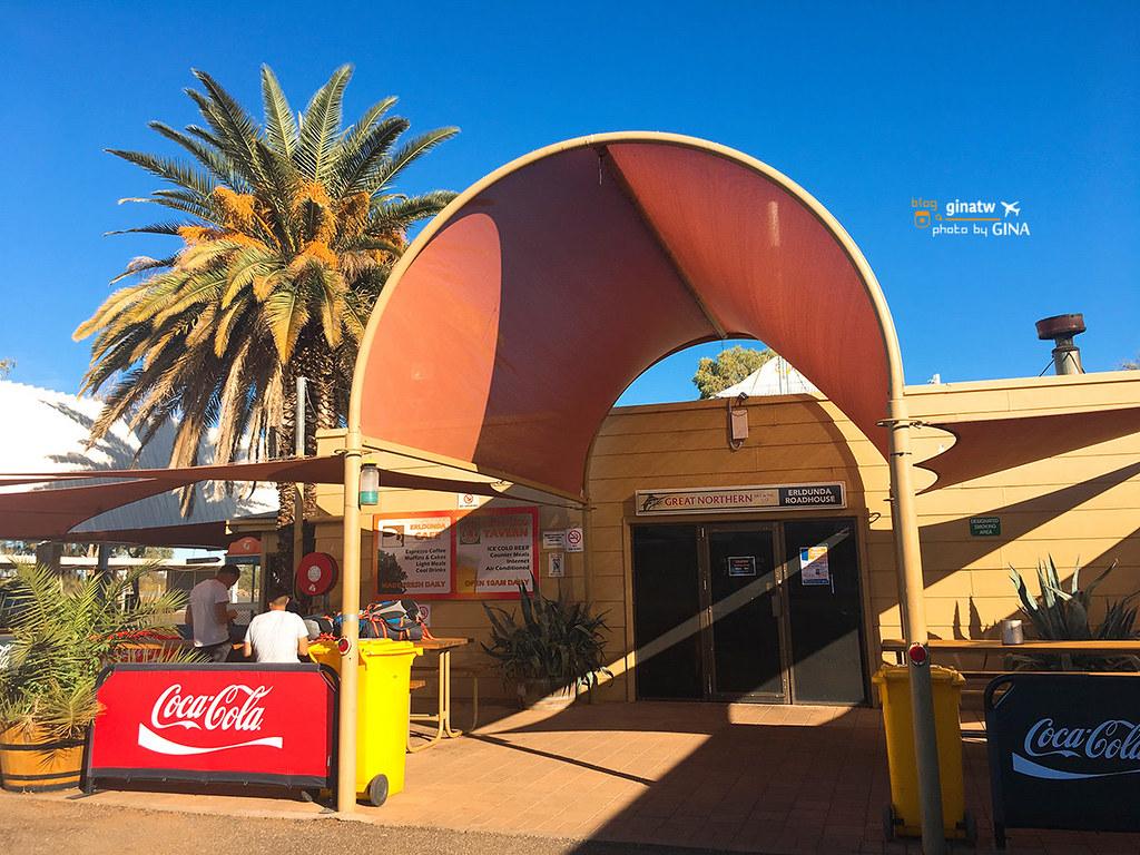 澳洲北領地》一個人遊烏魯魯/愛麗絲泉重要且安全來往交通方式預約大巴推薦!來往烏魯魯-愛麗絲泉中途休息站 遠眺康納山(Mount Conner) @Gina Lin