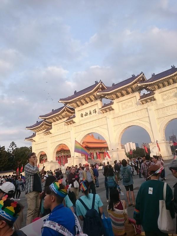 自由廣場前揚起彩虹旗幟。圖/黃詩芸攝。