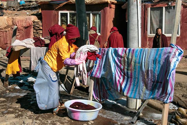 A nun doing laundry, Yarchen Gar アチェンガルゴンパ 洗濯をする尼僧