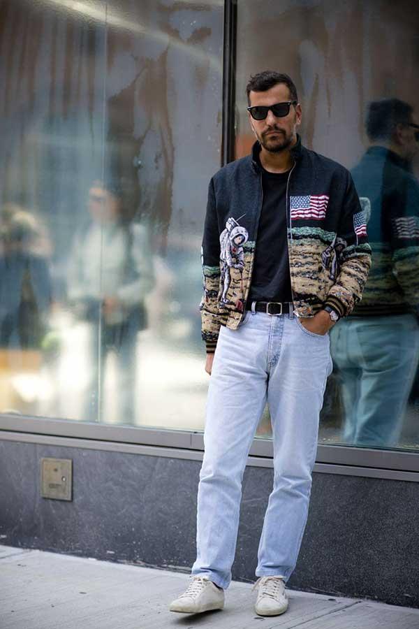 サンローラン月面着陸柄黒ブルゾン×黒無地Tシャツ×ジーンズ×白ローカットスニーカー