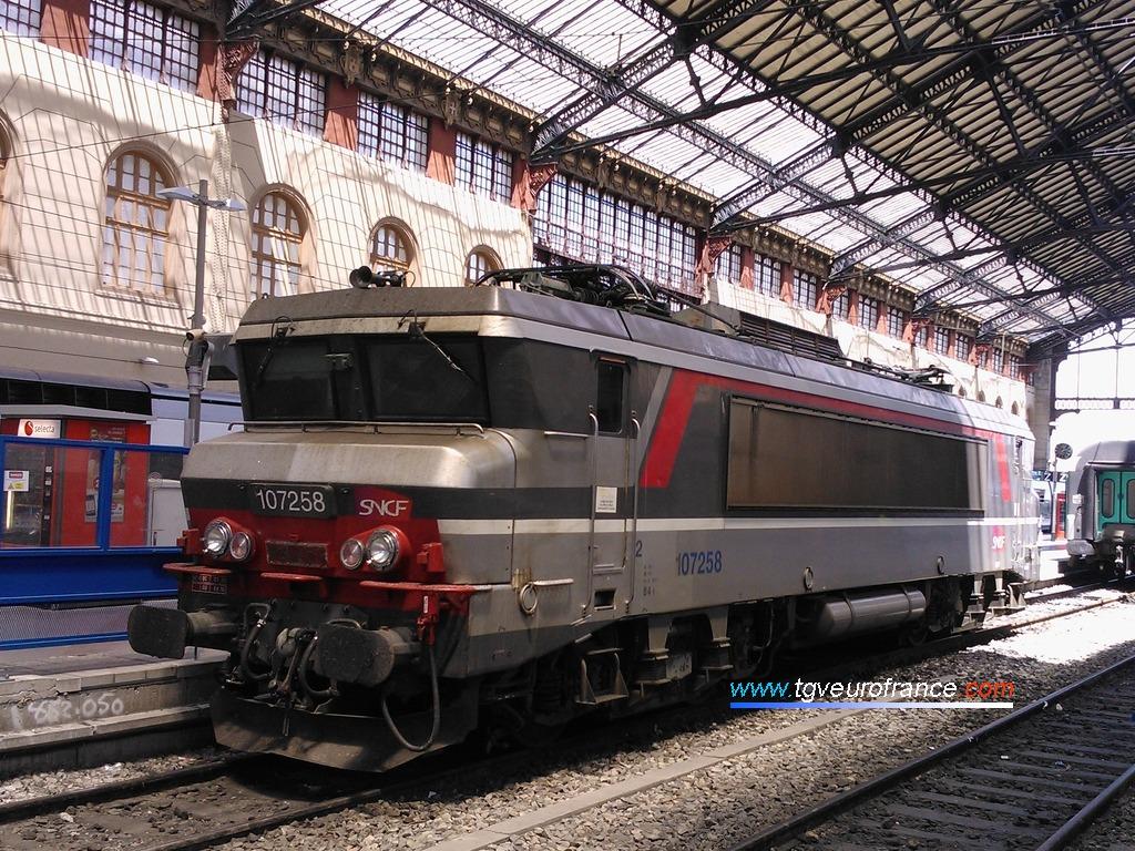 La locomotive monotension BB 7258 SNCF en livrée Multiservice/Corail+ voie D en gare de Marseille Saint-Charles