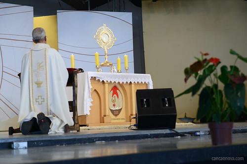 Adoração ao Santíssimo durante a Quinta-feira de Adoração na Canção Nova