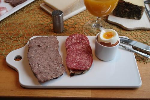 Hackbraten und Rindersalami auf Roggenbrot zum Frühstücksei