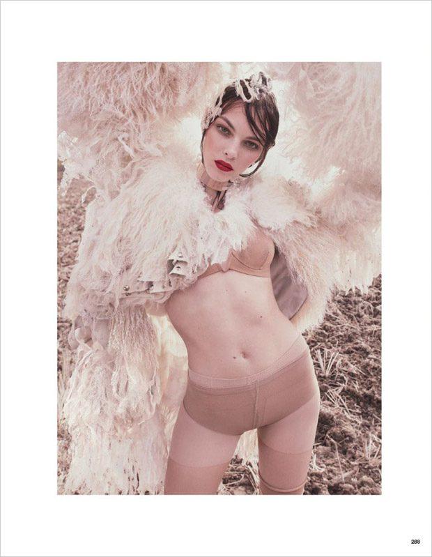 Vittoria-Ceretti-Vogue-Japan-Luigi-Iango-06-620x799