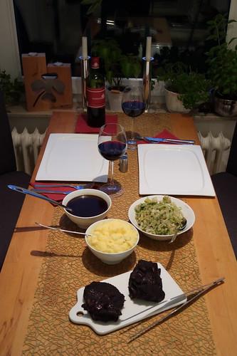 Ochsenbäckchen in Rotweinsoße zu Kartoffelstampf und Spitzkohl (Tischbild)