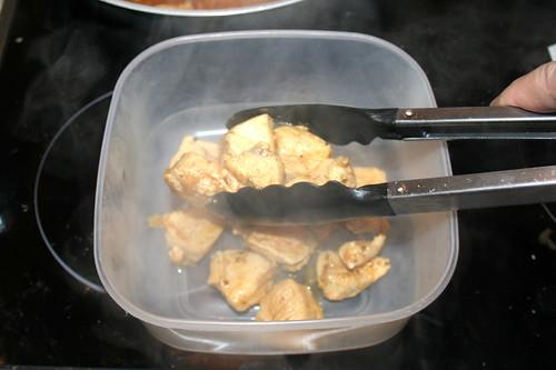 36 - Hähnchenbrustfilet in Behältnis geben / Put chicken in bowl