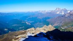 Północno-zach, zbocze Tetnuldi 4585m, lodowiec Kasebi, ośrodek narciarski Hatsvali, na dole Mestia, a u góry Uszba.