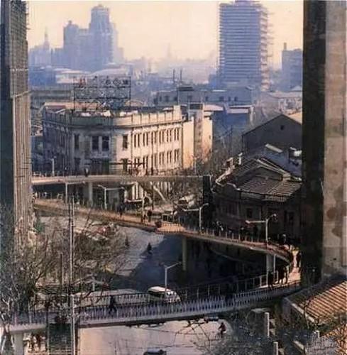 王家厍人行天桥。当时造起来时也有人反对说破坏街景,现在拆掉了大家又怅然若失