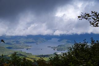 眼下の檜原湖、、雲が低い