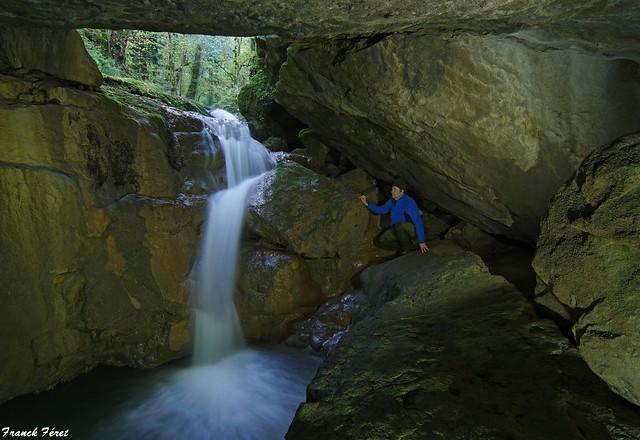 Cascade dans une petite grotte a l'aval du Verneau - Nans Sous Sainte Anne