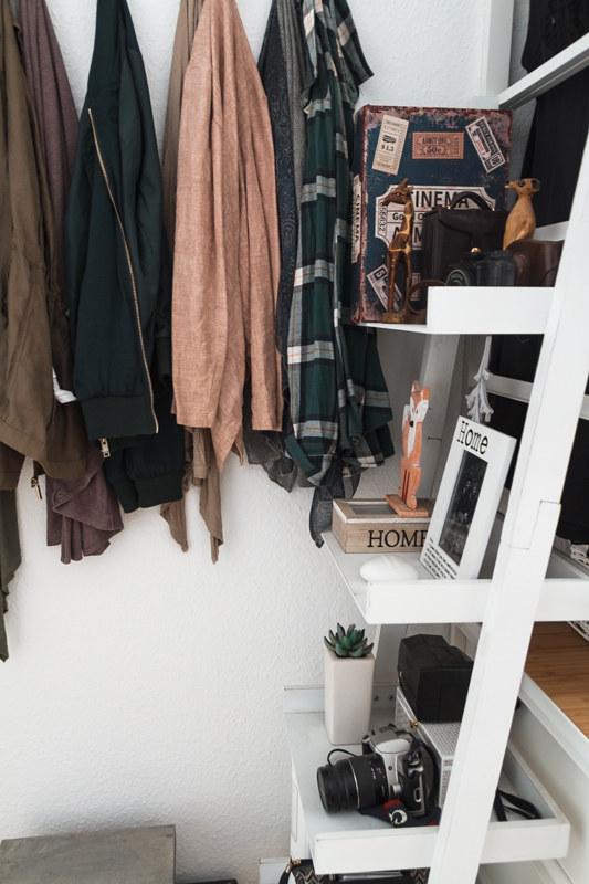 Leiterregal-offene-Garderobe-Schlafzimmer