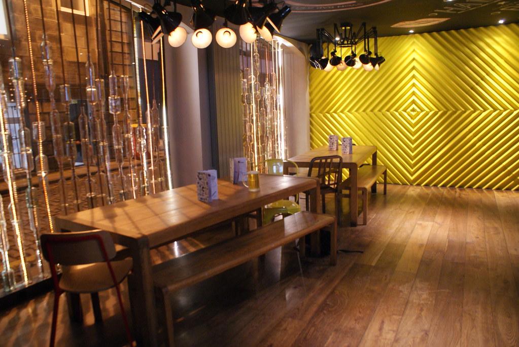 Décor moderne du bar Sygn à Edimbourg.