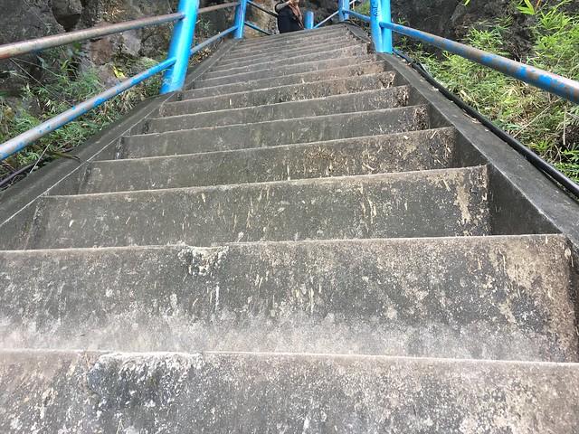 最後の追い討ちをかけるような高くて急な階段