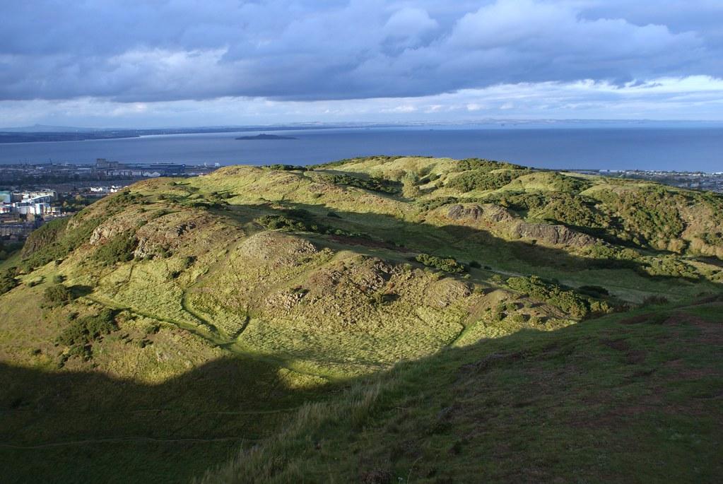 Vue sur une partie de la mer depuis l'Arthur's seat à Edimbourg.