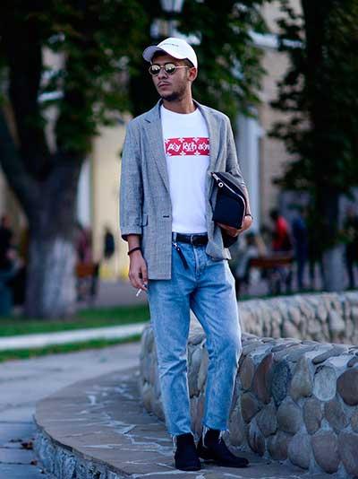 白キャップ×グレーテーラードジャケット×白Tシャツ×カットオフデニムパンツ×ネイビーブーツ