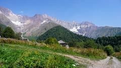 Widok z wioski Zeskho na grań Savi Utsnobi (Czarna Nieznajoma) 4114m - Tetri Utsnobi (Biała Nieznajoma) 4049m. Dalej szczyt Zeskho 3792m