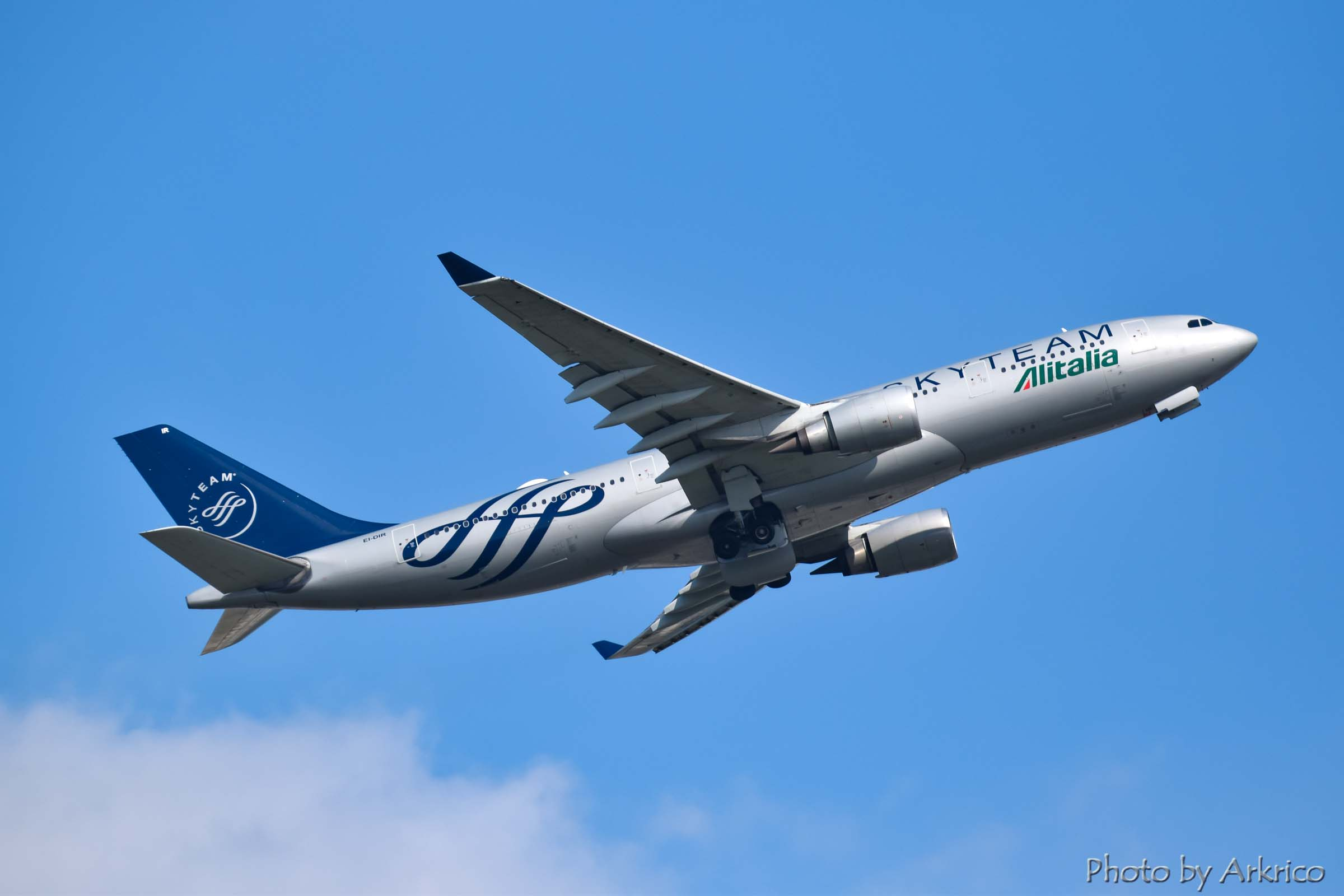 Skyteam liveried Alitalia's A330-200.