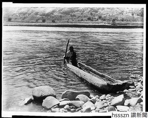 nez-perce-man-with-pole-maneuvering-dugout-canoe-to-rocky-shore-author-edward-s-curtis-library-of-congress-640x513_640_513