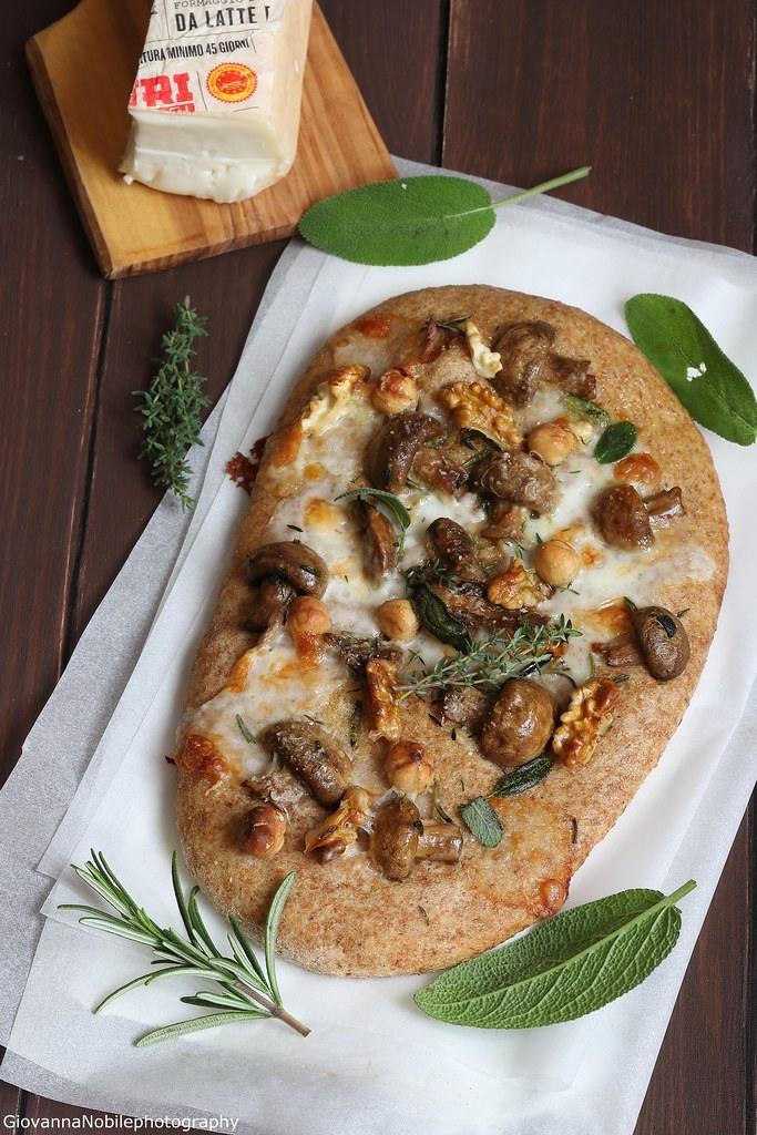 Pizza integrale con funghi e taleggio 2