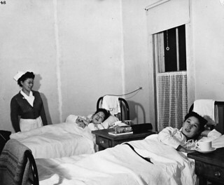 Japanese-Canadian patients and nurse, Greenwood internment camp hospital, British Columbia / Infirmière et patients canadiens d'origine japonaise, hôpital du camp d'internement de Greenwood (Colombie-Britannique)