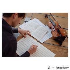 """#Repost @fondationlv (@get_repost) ・・・ #TAKEOVER / Geoffroy Schied (@35mmofmusic)  """"Matthew Truscott, le premier violon du #mahlerchamberorchestra, se préparant avant notre première répétition avec la pianiste Yuja Wang, corrigeant la partition pour violo"""