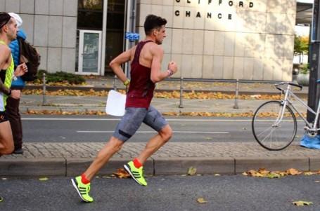 Homoláč na osobák nedosáhl, ve Frankfurtu se zdravotními problémy za 2:19:44