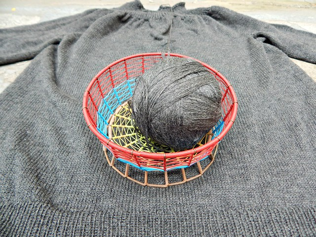 свитер и корзинка | knitted sweater and basket with yarn