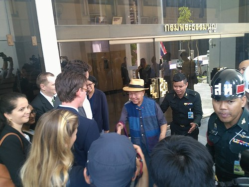 Sulak Sivaraksa went to report to the military prosecutor to hear his case order