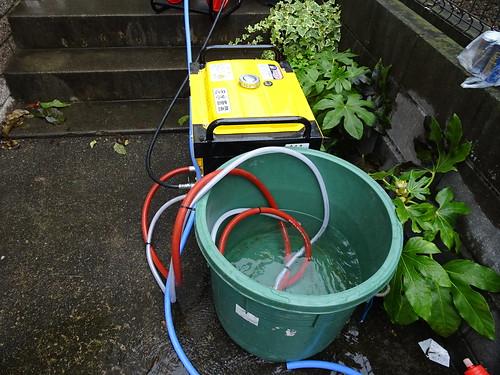 外壁と屋根を高圧洗浄機で吹き上げ洗浄、きれいにする