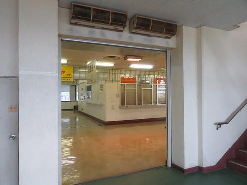 金沢競馬場の2階コンコースに出るところ
