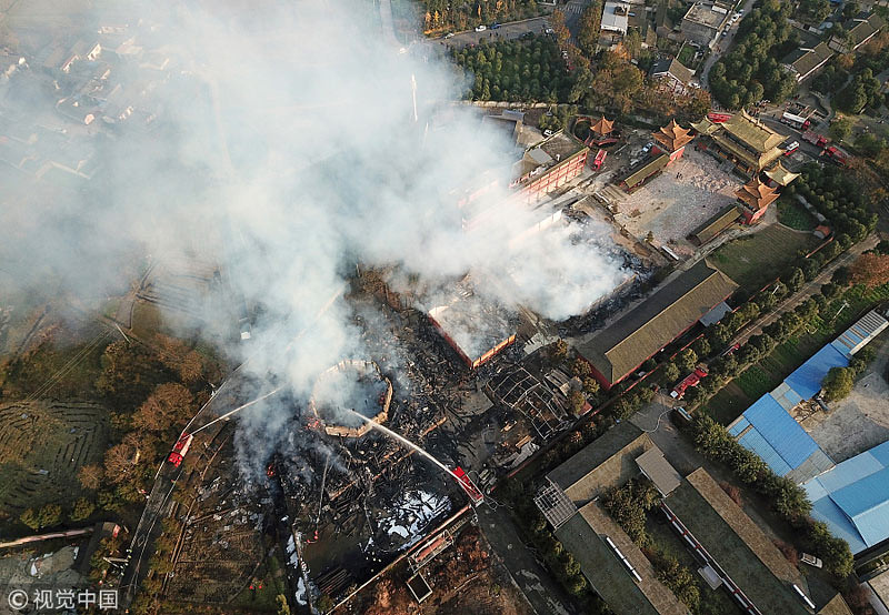 Tanpa sisa, pagoda hancur terbakar.