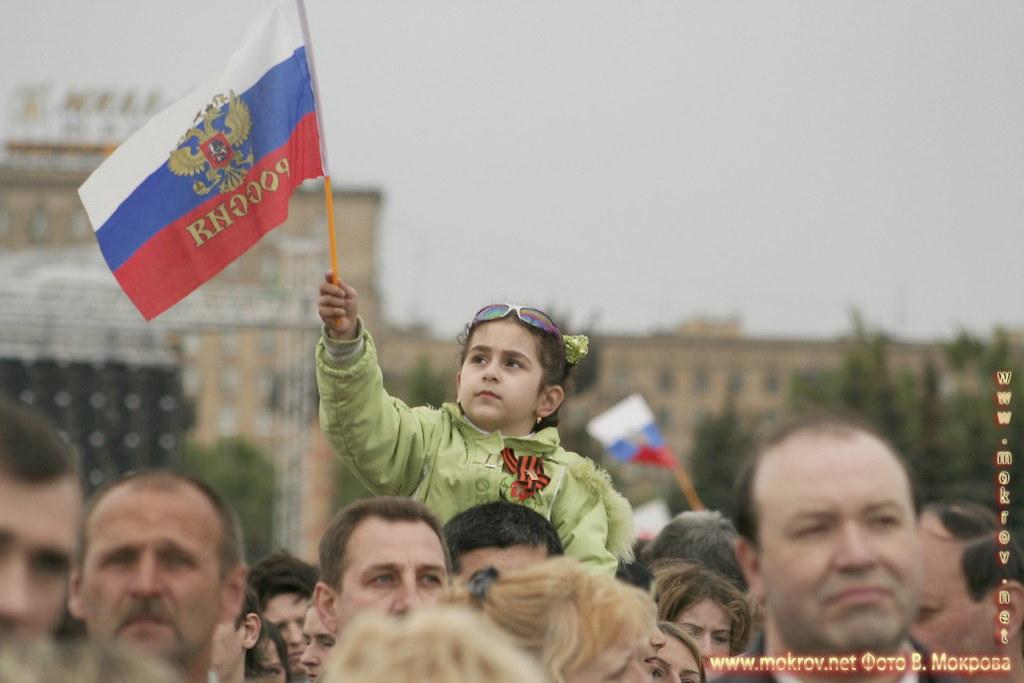 Девочка с флагом Российской Федерации.