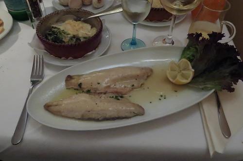 Spigola alla Parmigiana = Wolfsbarsch mit Parmesanhaube und Weißweinsauce