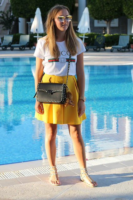 yellow-skirt-and-valentino-bag-whole-outfit-front-wiebkembg