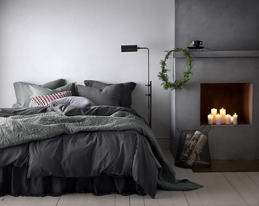 05-christmas-bedroom-bed-candle-chimenea