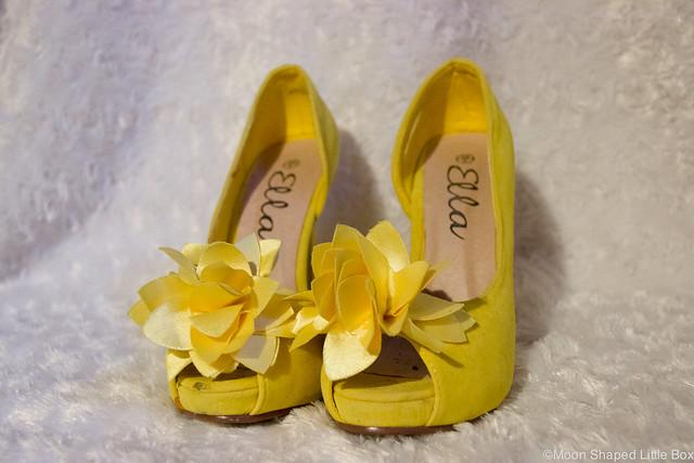 Keltaiset Korkokengät kukilla