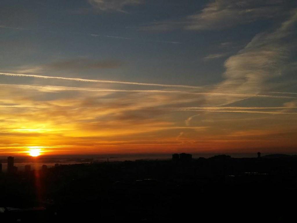 Seguimos con la serie de amaneceres coruñeses. #Coruna #sunrise #sky #clouds #autumn #phonephoto #sinfiltros #nofilter #viernes