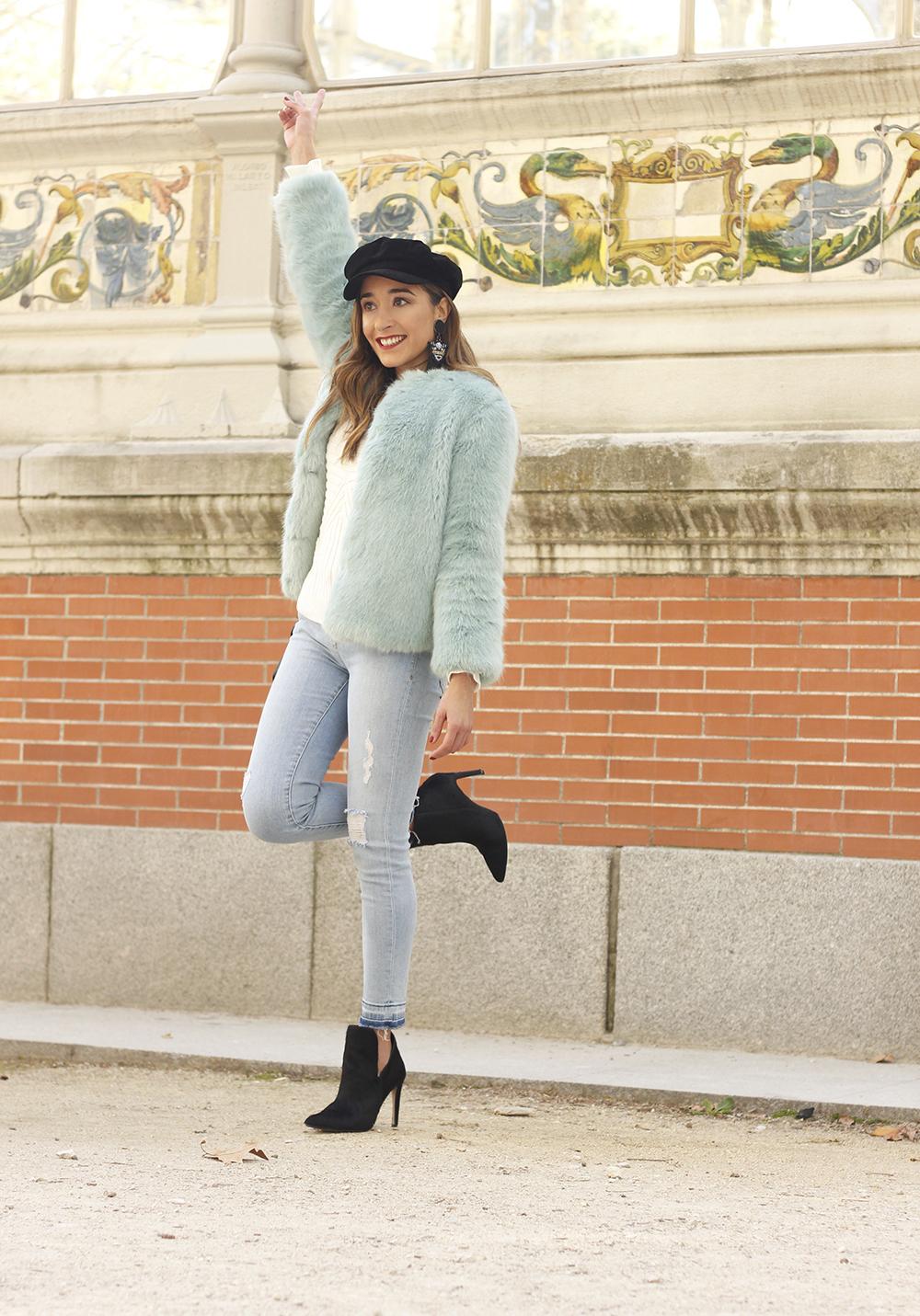 blue light faux fur coat navy cap ripped jeans zara tiger uterqüe earrings outfit street style03