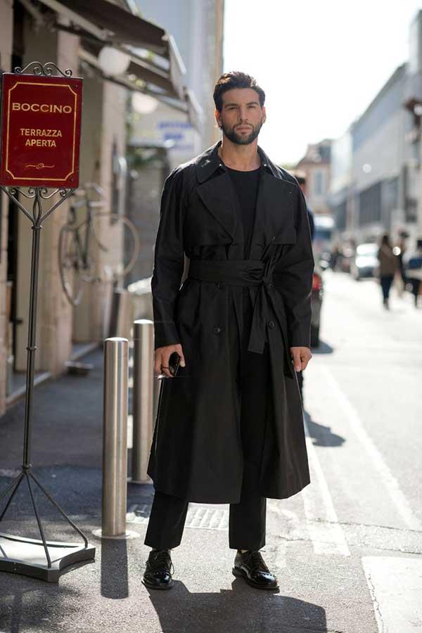 黒トレンチコート×黒Tシャツ×黒パンツ×黒オックスフォードシューズ
