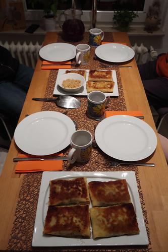 Klare Rote Bete Suppe zu mit Pilzen oder Sauerkraut gefüllten Krokety