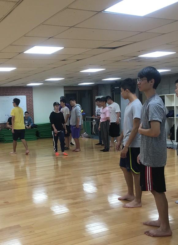 工教系正努力接受教練指導為啦啦練習。圖/陳思羽攝