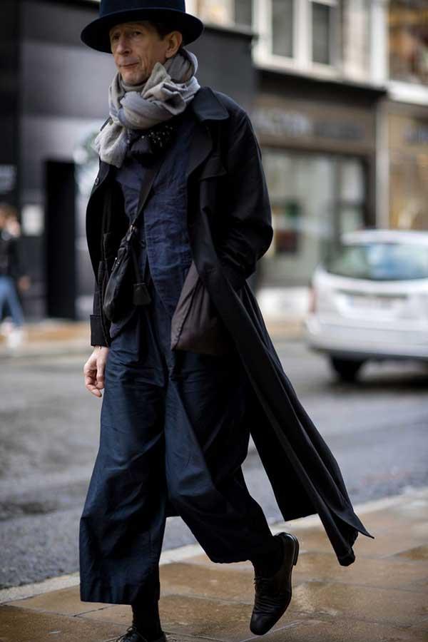 黒ロングコート×グレー系マフラー×チャコールグレージャケット×チャコールグレークロップドパンツ×黒オックスフォードシューズ