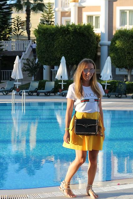yellow-skirt-and-valentino-bag-whole-look-wiebkembg