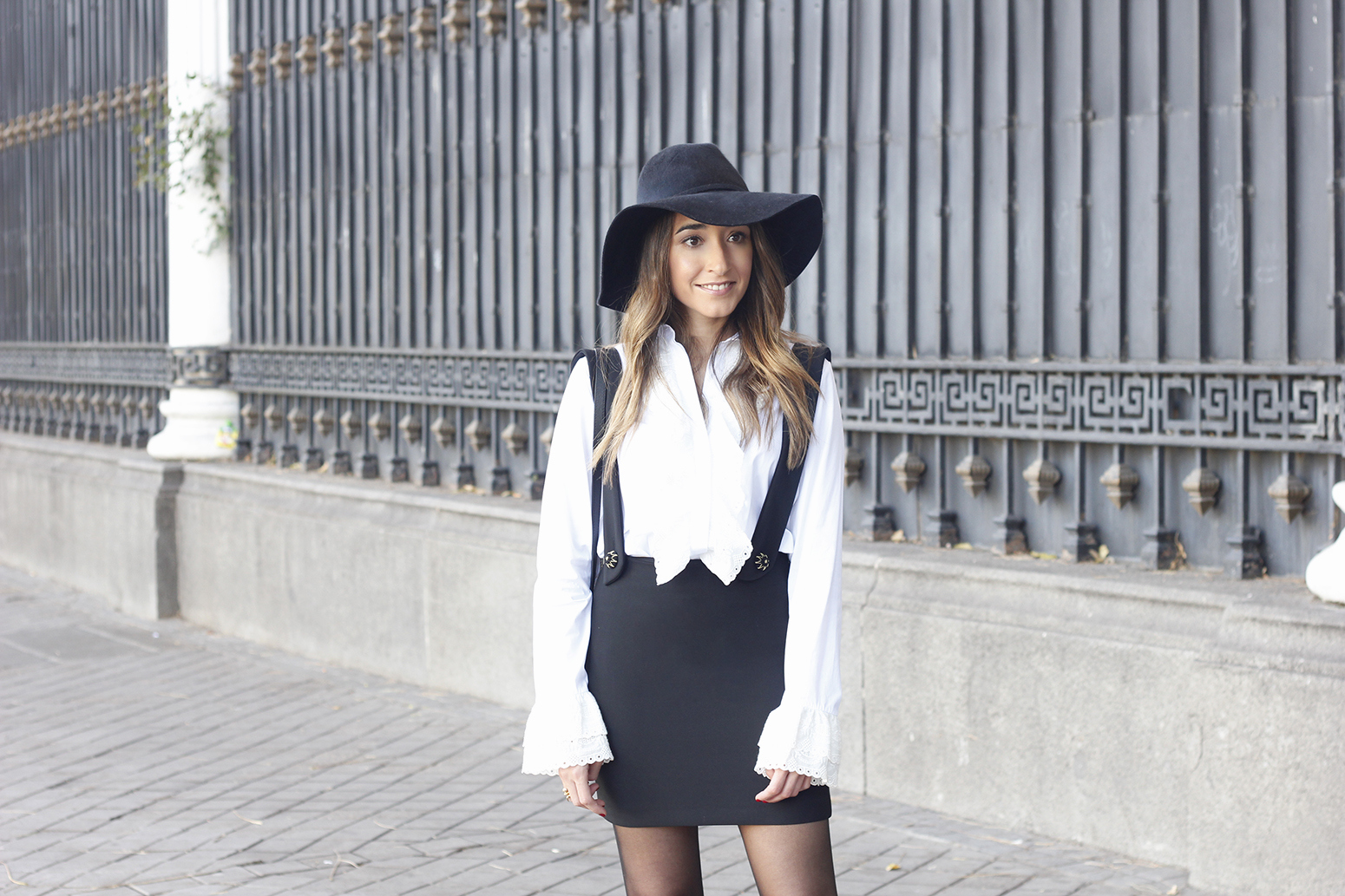 black skirt white shirt black and white outfit trend inspiration hat style fall look blanco y negro05