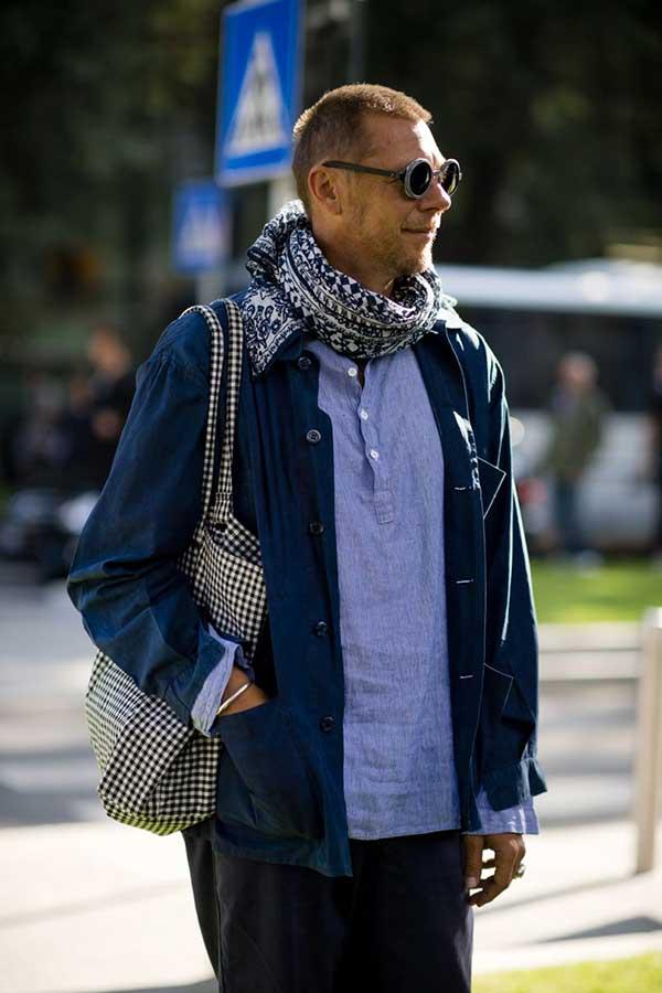 ネイビーカバーオール×プルオーバーシャンブレーシャツ×紺白柄マフラー×黒パンツ
