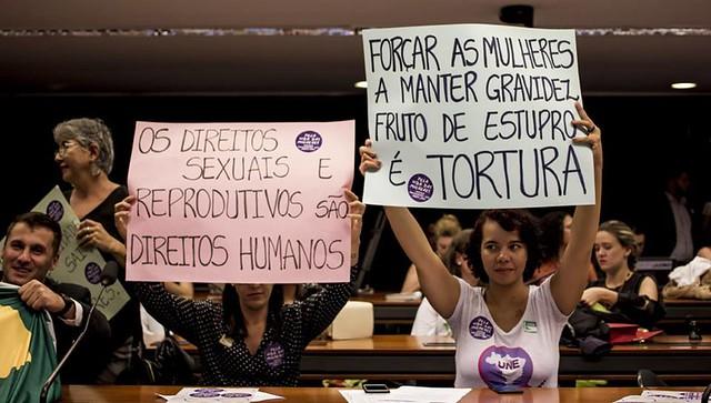 Mulheres protestam contra PEC 181 durante sessão da comissão que analisa a matéria na Câmara Federal  - Créditos: Mídia Ninja