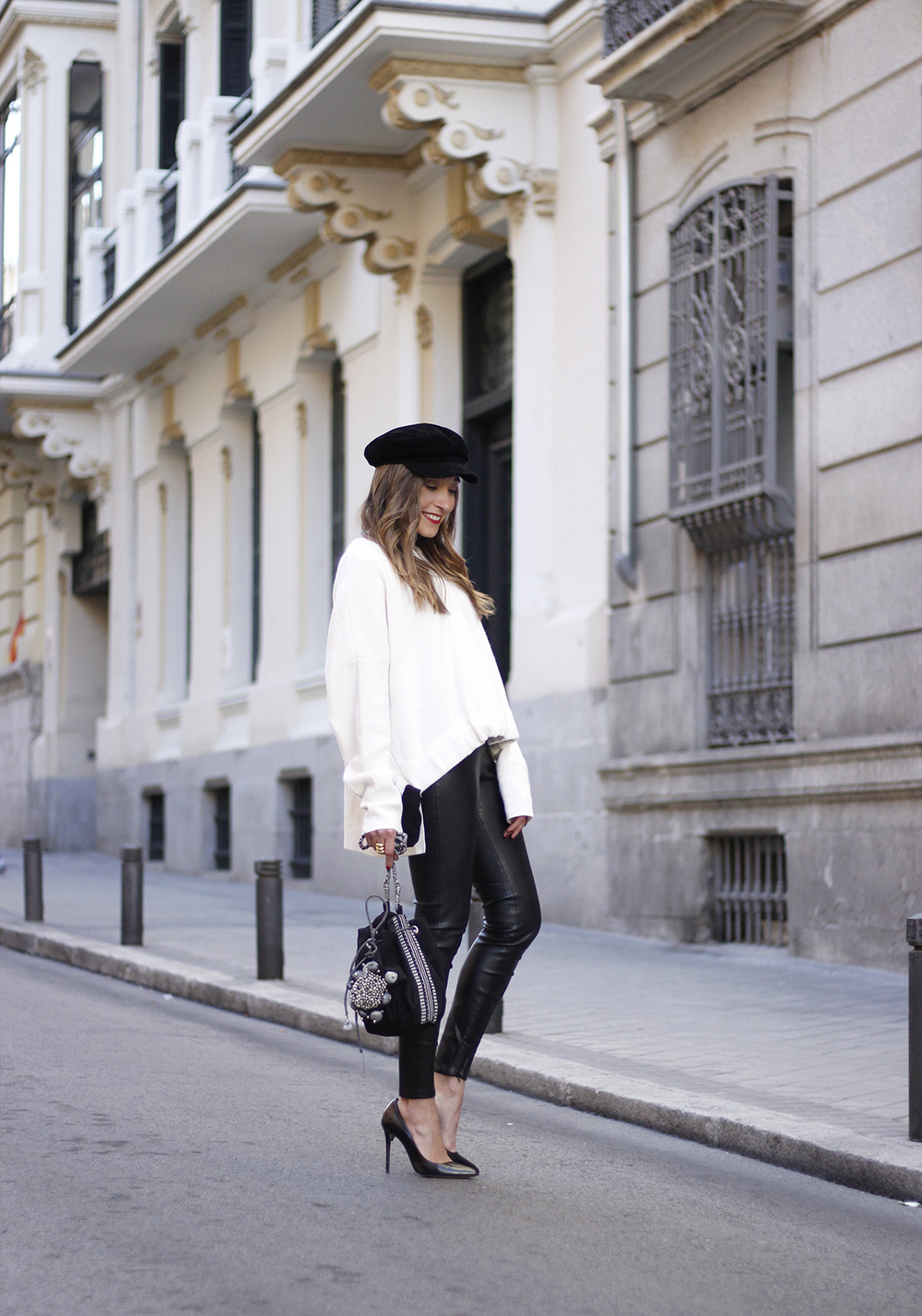 white sweater black leatherette pants sailor cap fall outfit trend tendencias otoño05