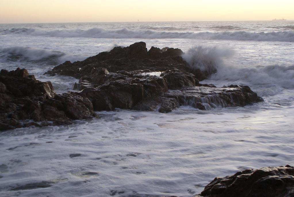 Rocher sous les coups des vagues sur la plage de Carneiroà Porto