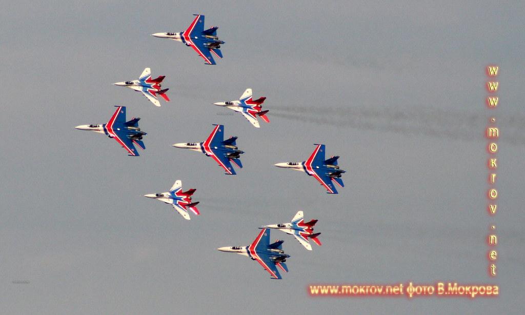 Высший пилотаж группы самолетов из пяти СУ-27 и четырех МиГ-29.