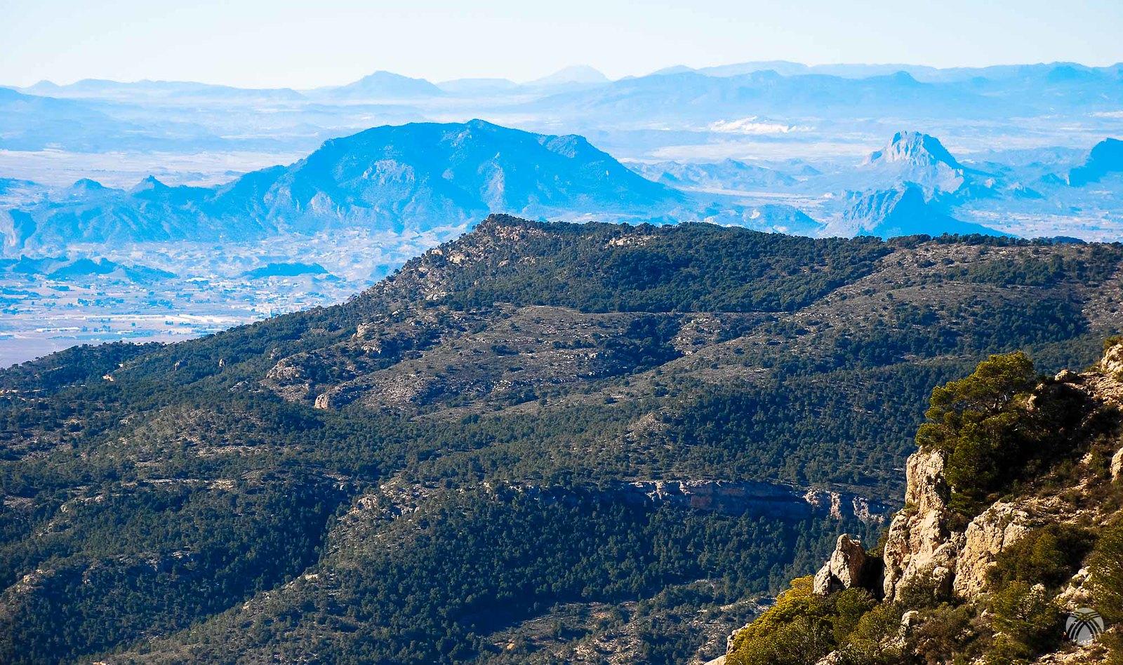 Y hacia el este se dibujan montañas como el Almorchón y la Sagra